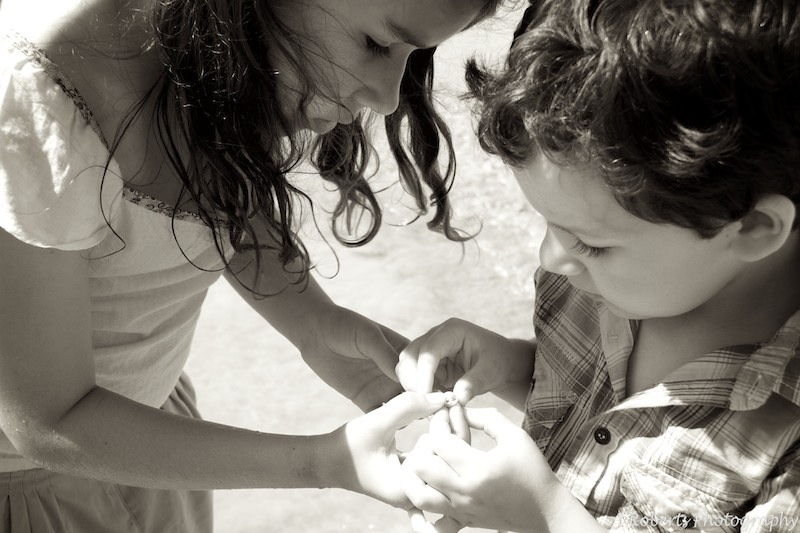 B&W kids collecting shells at beach - family portrait photography