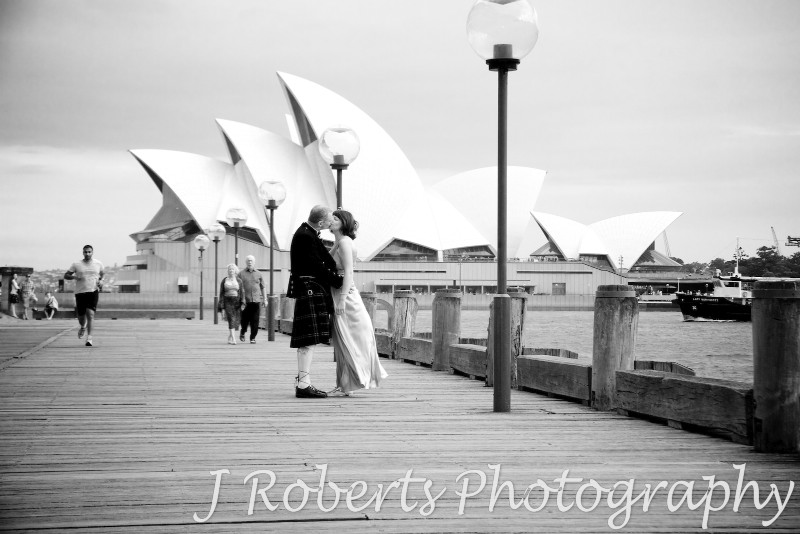 Couple kissing in front of the Sydney Opera House - wedding photography sydney