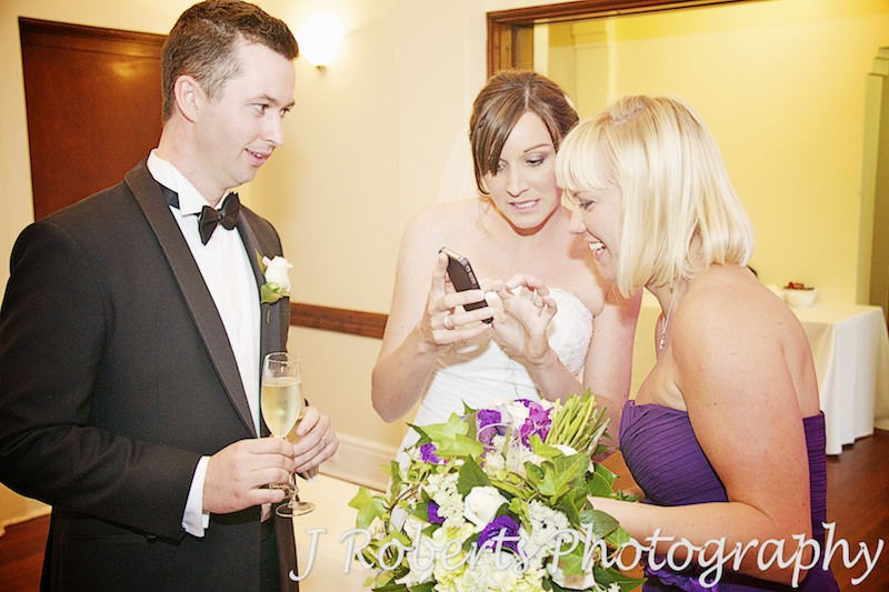 bride tweeting that she's married - wedding photography sydney