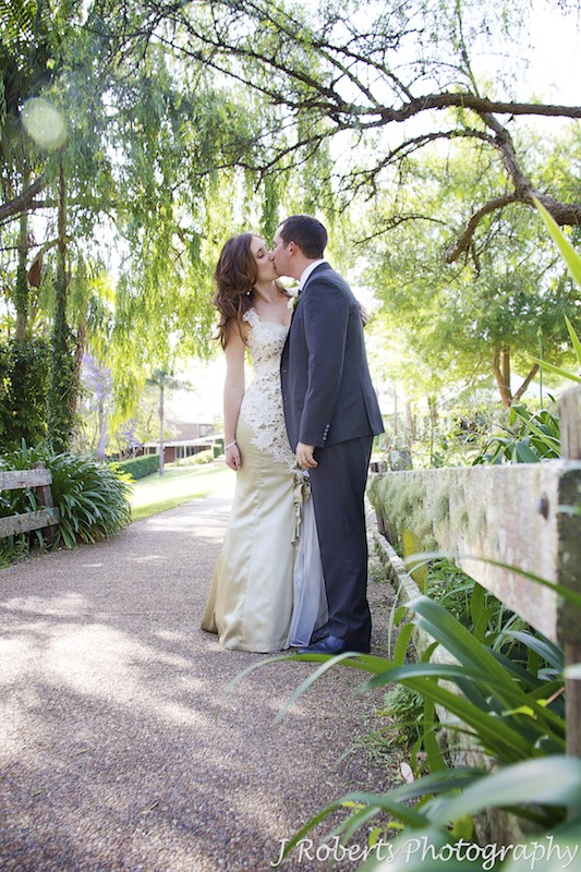 Couple kissing on mossy bridge - wedding photography sydney
