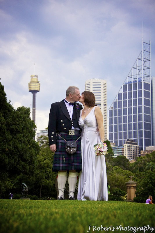 Bride and groom with Sydney city skyline - wedding photography sydney