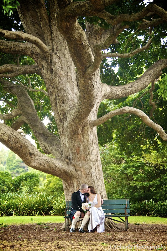 Bride and groom royal botanic Gardens - wedding photography sydney