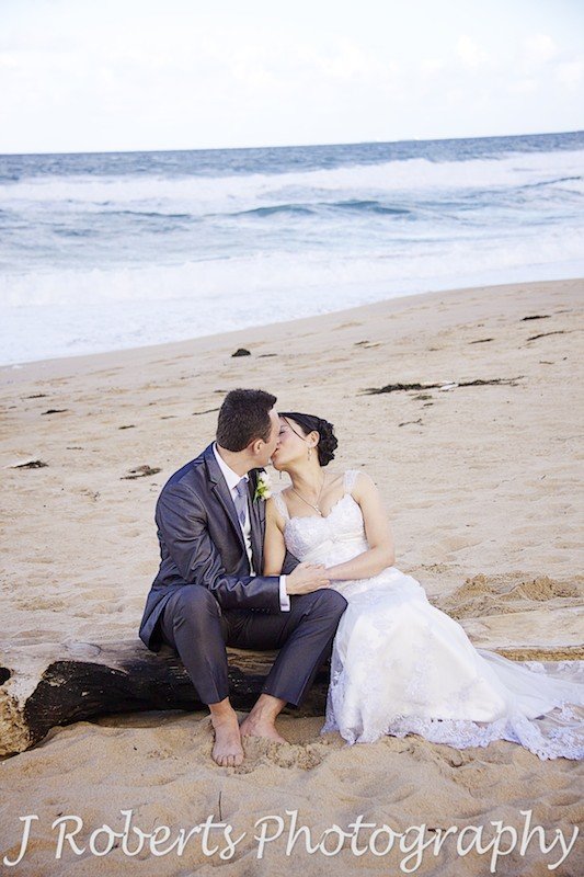 Couple kissing on the beach - wedding photography sydney