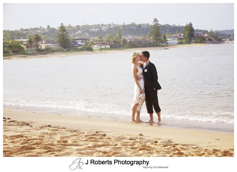 Couple kissing on long reef beach - wedding photography sydney
