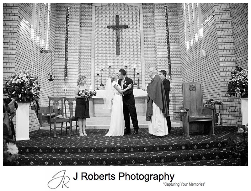 Couples first kiss = wedding photography sydney